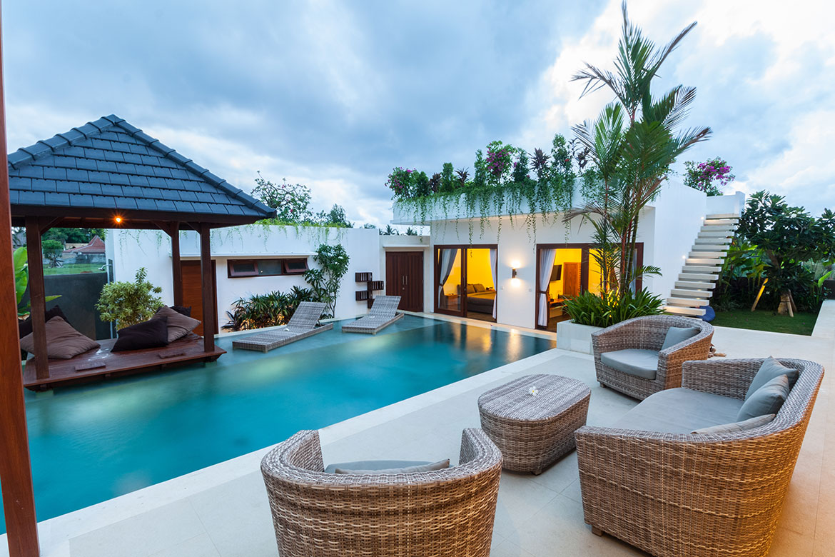 Relaxing villa with pool